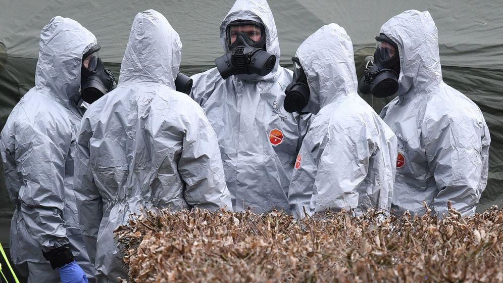 Foto: Varios militares se ponen el equipo de protección en Salisbury, donde se produjo el primer ataque con Novichok. (Efe)