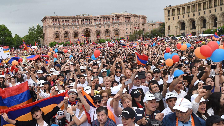 Partidarios del nuevo primer ministro armenio Nikol Pashinián celebran su victoria electoral en Ereván, el 8 de mayo de 2018. (EFE)