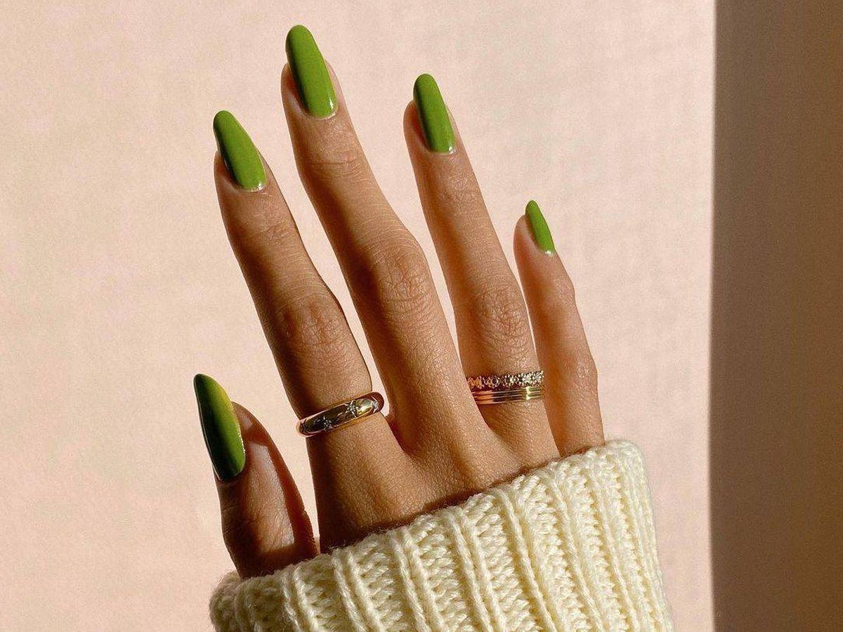 Foto: El esmalte verde pistacho es un aliado perfecto para potenciar el tono bronceado de la piel. (Instagram @overglowedit)
