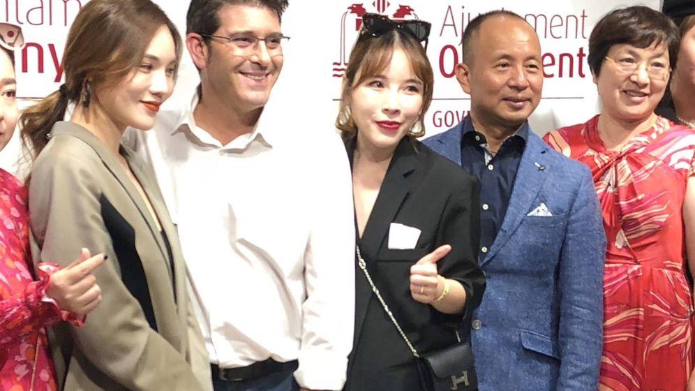 Foto: Keping, segundo por la derecha, con el alcalde de Ontinyent y empresarias chinas de la cosmética Gre-Kriti