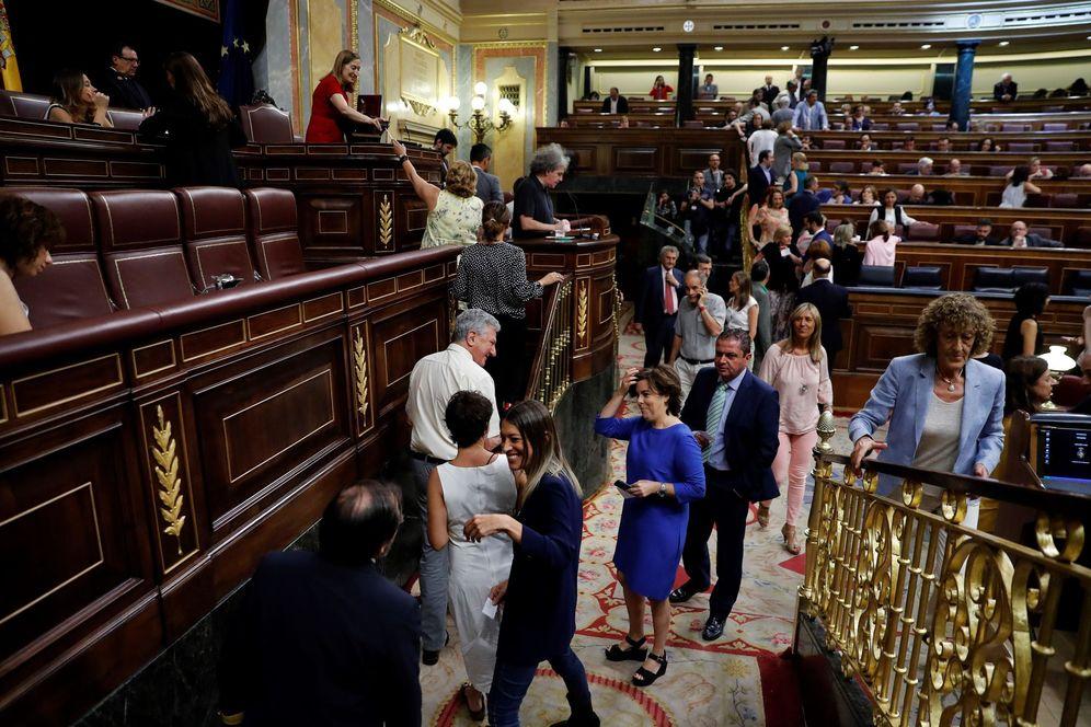 Foto: Soraya Sáenz de Santamaría, seguida de más diputados, durante la votación de Rosa María Mateo como gestora única de RTVE, este 27 de julio. (EFE)