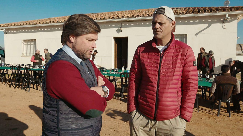 Unos cazadores reciben a Frank Cuesta al grito de ¡Arriba España! en 'Wild Frank'