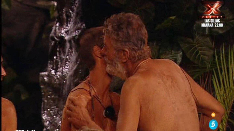 Francisco dando el beso de Judas a María Jesús. (Telecinco)