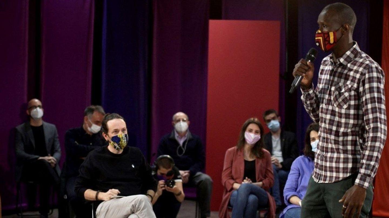 El candidato de Podemos a las elecciones del 4-M, Pablo Iglesias, y Serigne Mbayé. (EFE)