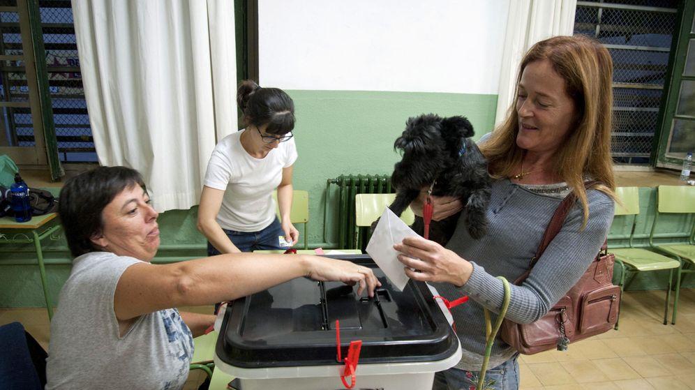 Foto: Una mujer vota en una mesa del colegio de Figueres (Girona). (EFE)