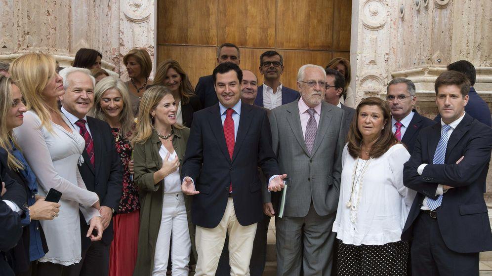 Foto: Podemos y el PP abandonan el pleno en protesta por el bloqueo de iniciativas. (EFE)