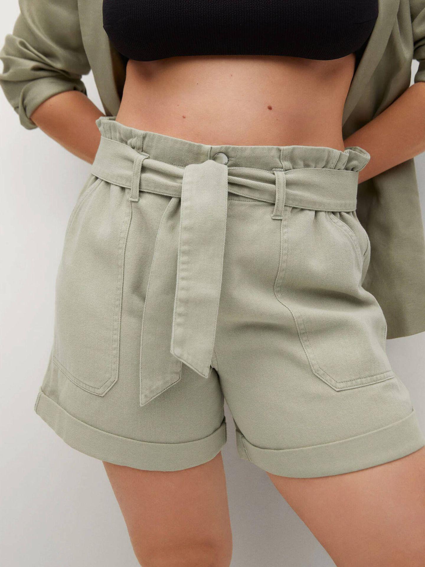 Pantalón corto con cinturón de Violeta by Mango. (Cortesía)