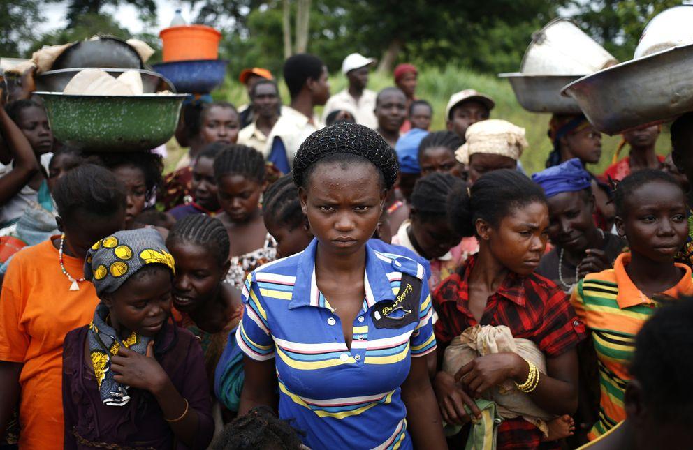 Desplazados por las matanzas esperan a recibir comida en Boda (Reuters).