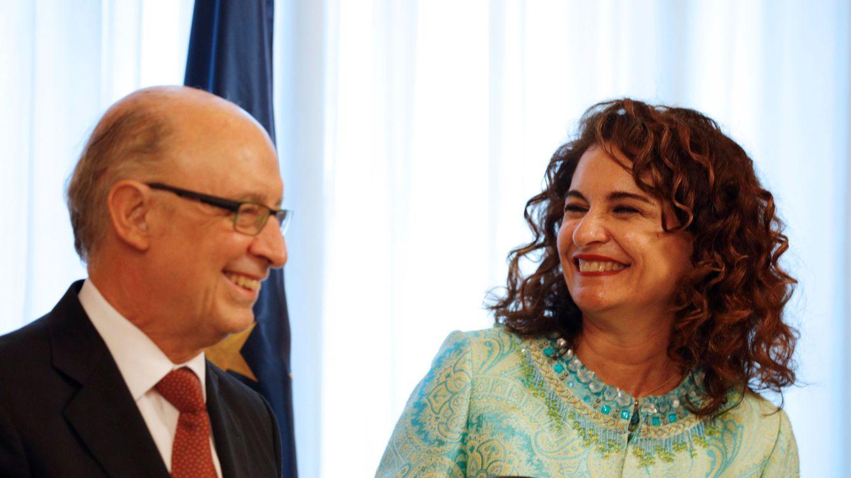 Foto: La ministra de Hacienda, María Jesús Montero, ríe con su antecesor en el cargo, Cristóbal Montoro. (Reuters)
