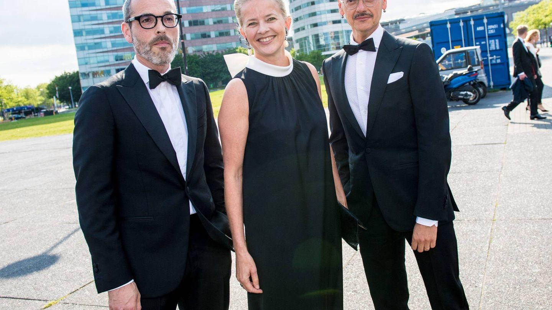 Mabel, con los diseñadores Viktor & Rolf. (Cordon Press)