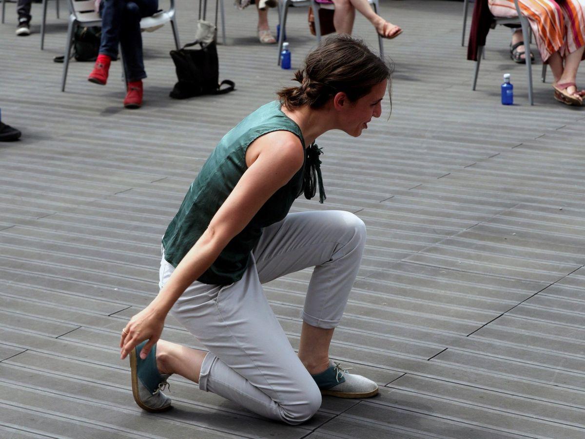 Foto: Irene Montero arrodillada en un acto.