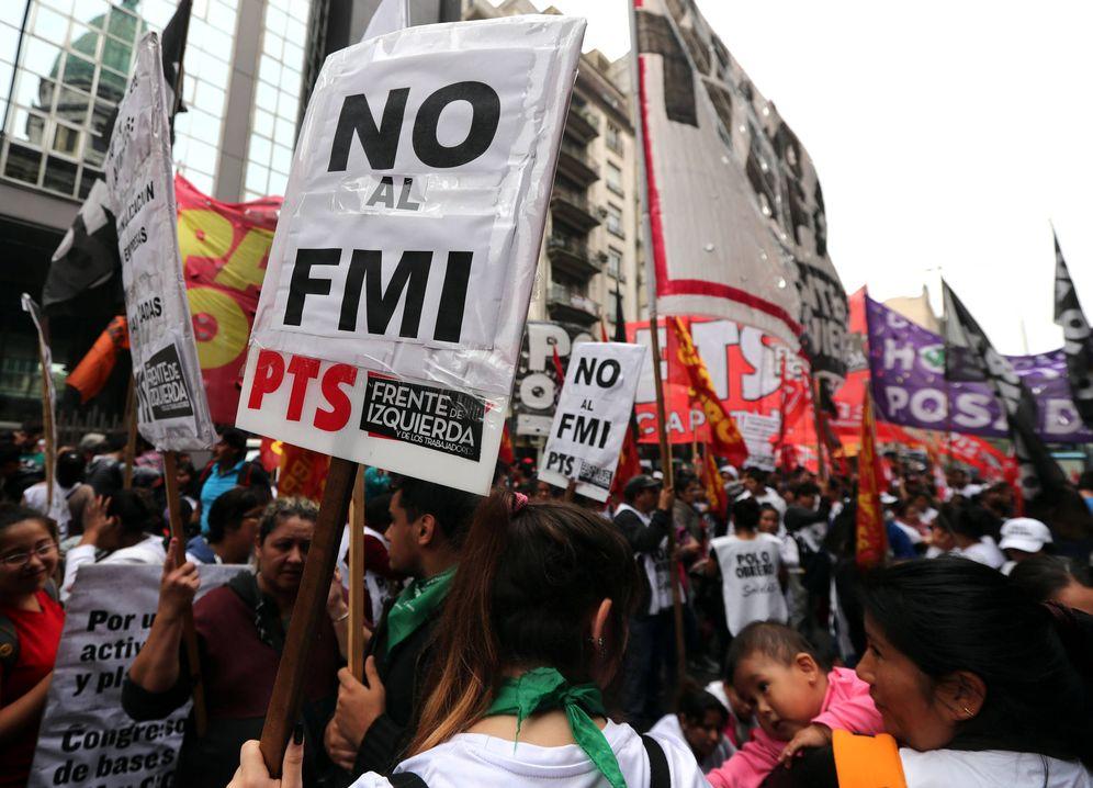 Foto: Una mujer con un cartel que reza 'No al FMI', durante una protesta ante el Congreso en Buenos Aires, el 9 de mayo de 2018. (Reuters)