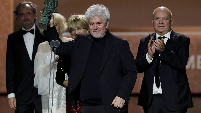 Foto: Pedro Almodóvar. Agustín Almodóvar y Esther García recogen el premio a la mejor película