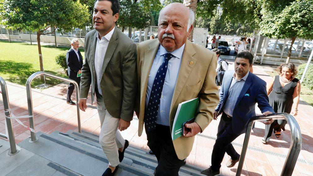 Foto: El presidente de la Junta de Andalucía, Juanma Moreno, y el consejero de Salud, Jesús Aguirre, al llegar a la reunión del gabinete de seguimiento del brote de listeriosis. (EFE)