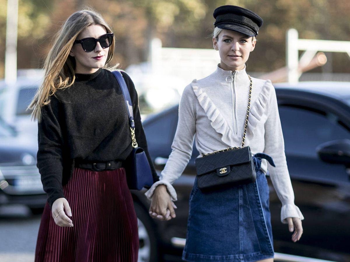 Foto: Cada año el street style nos da lecciones para combinar la falda vaquera. (Imaxtree)