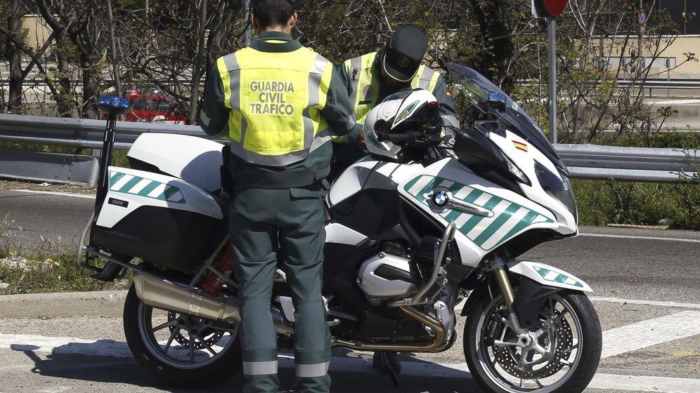 Foto: Dos motoristas de la Agrupación de Tráfico de la Guardia Civil. (EFE)