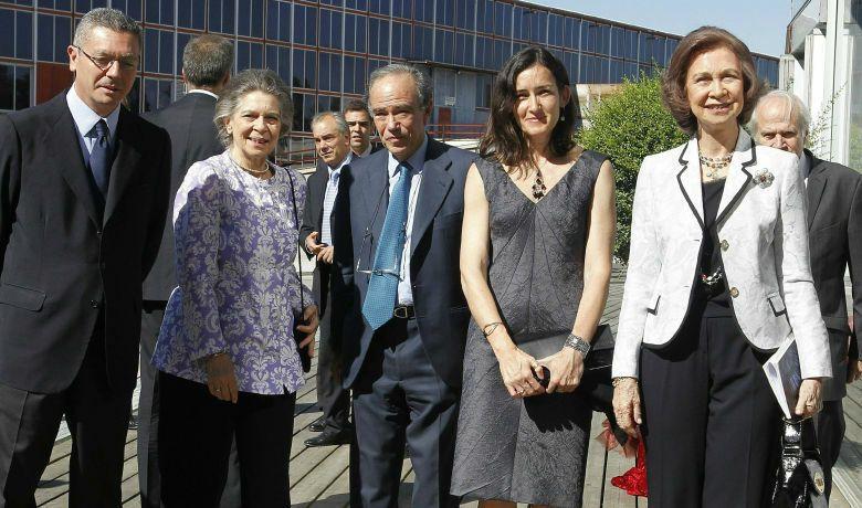 La reina, la ministra de Cultura, Ángeles González-Sinde, Gregorio Marañón y Alberto Ruíz Gallardón a su llegada al Madrid Arena, al estreno de 'San Francisco de Asís'. (Efe)