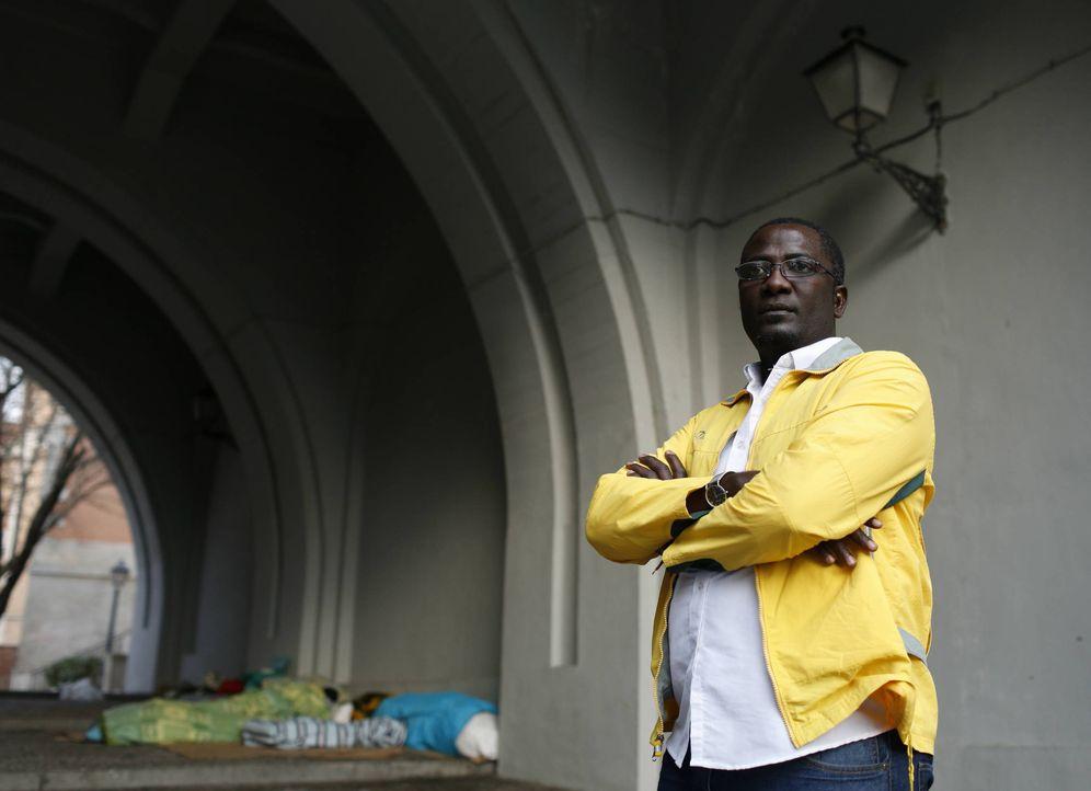 Foto: Despin Tchoumke, inmigrante camerunés, posa bajo el Viaducto de Segovia, en Madrid. (Sergio González Valero)