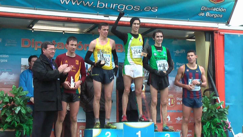 Santi Pardo, junto a otros atletas en el podio de Atapuerca.