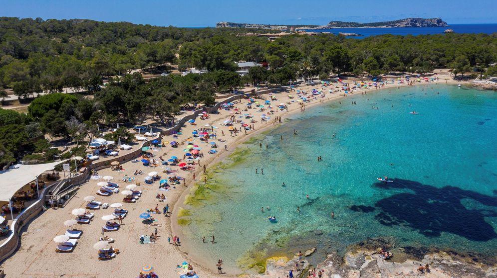 Foto: Imagen de la playa Cala Bassa en la localidad ibicenca de Sant Josep. (EFE)