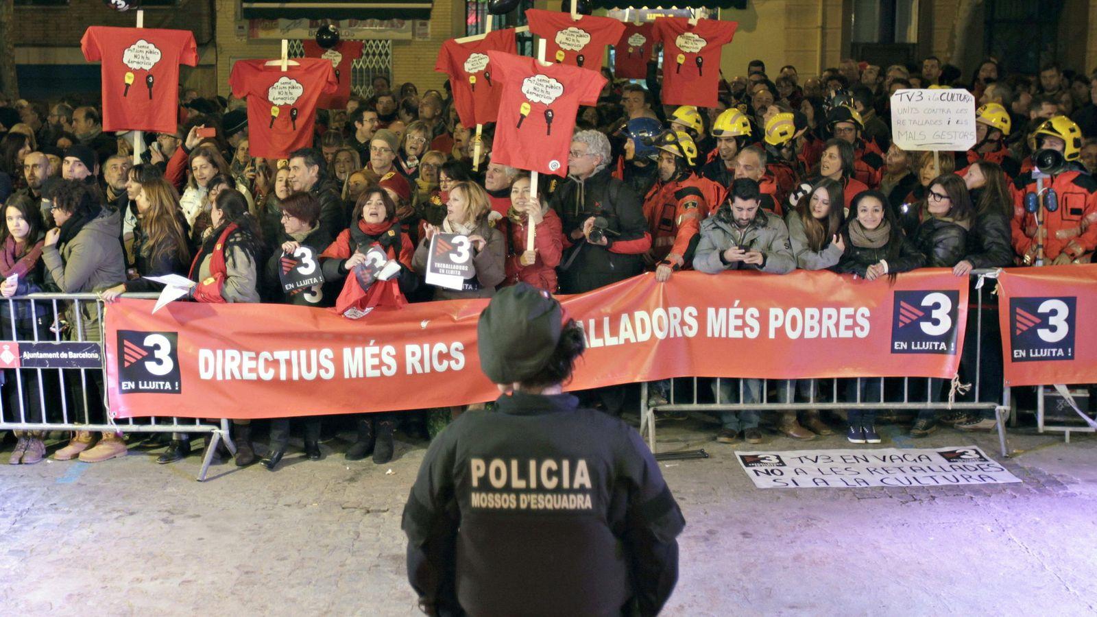 Foto: Imagen de archivo de trabajadores de la televisión públicana catalana, TV3, que protestan por los altos salarios de los directivos. (EFE)