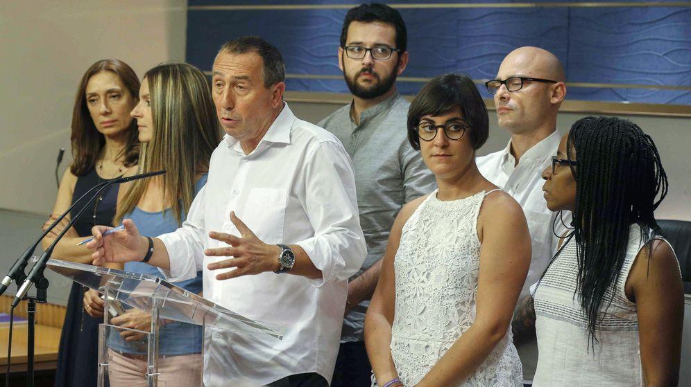 Foto: El portavoz de Compromís en el Congreso, Joan Baldoví (3i) junto a integrantes de A la Valenciana tras la reunión en Zarzuela. (EFE)