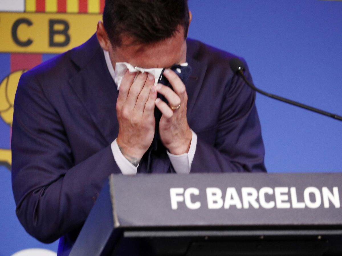 Foto: Leo Messi llora en su despedida del FC Barcelona. (REUTERS)