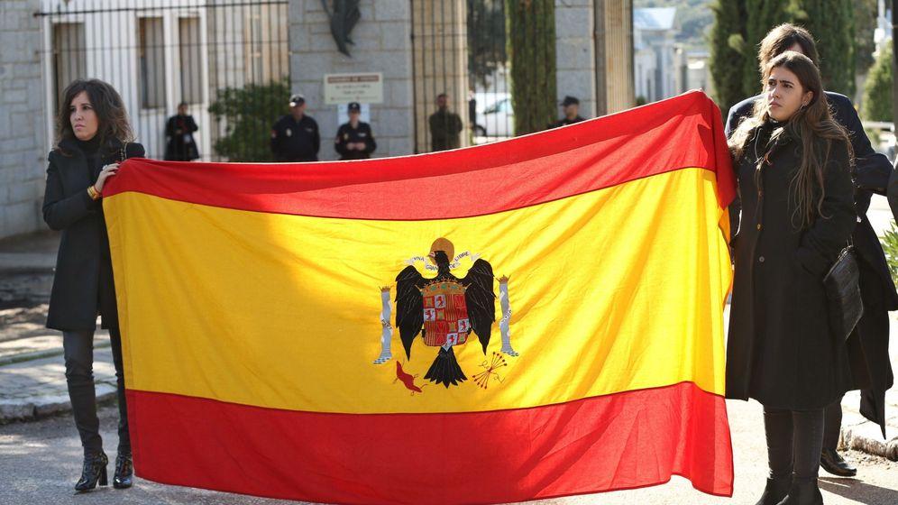 Foto: Bandera franquista durante la exhumación del cuerpo de Franco del Valle de los Caídos y su traslado a Mingorrubio (EFE)