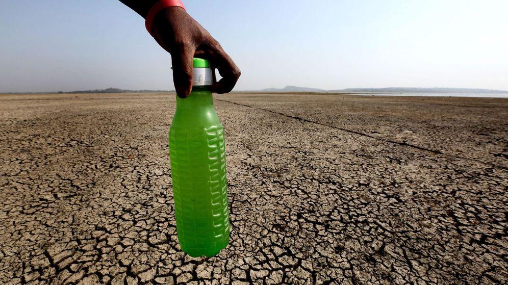 Foto: Un hombre en busca de agua potable camina sobre las zonas secas del lago Upper prácticamente vacío debido a la sequía en Bhopal (EPA)