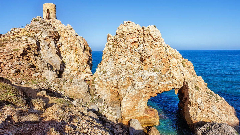 La Torre del Pirulico y el espectacular arco natural. (Foto: Turismo Mojácar)