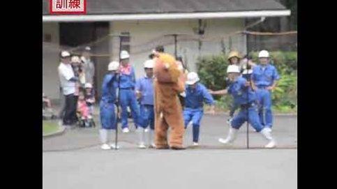 Un hombre se disfaza de león en un zoo de Japón para hacer un simulacro
