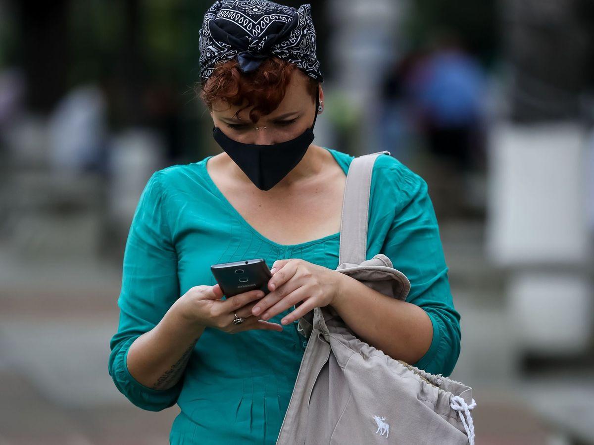 Foto: La tecnología ha facilitado la propagación de noticias falsas. (EFE/Miguel Gutiérrez)
