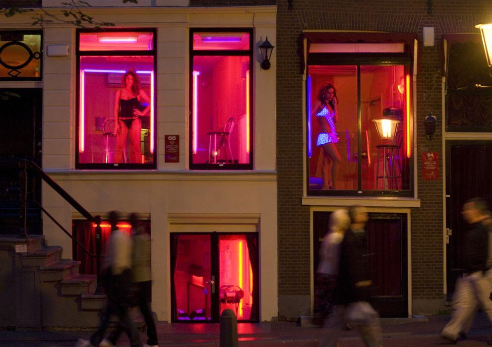 Foto: Prostitutas en los escaparates del Barrio Rojo de Ámsterdam. (Corbis)