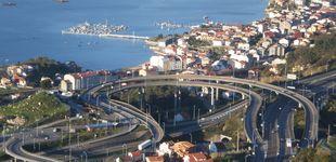 Post de Varios vehículos atropellan un somier al circular por una autopista en Vigo