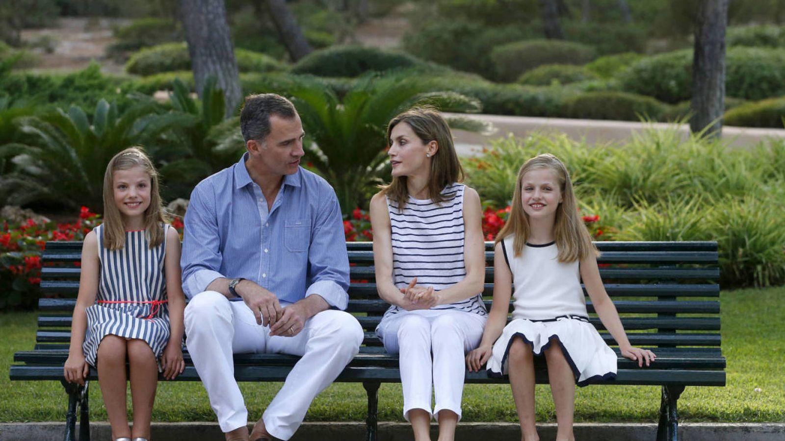 Foto: Ls Reyes y sus hijas en el posado ofrecido en Marivent. (Gtres)