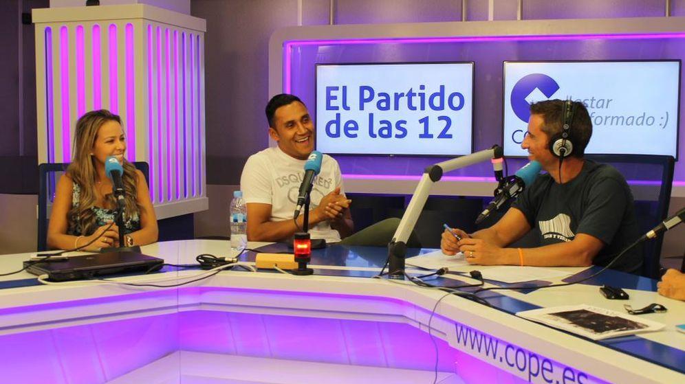 Foto: Keylor Navas estuvo acompañado en la entrevista por su mujer (Foto: COPE)