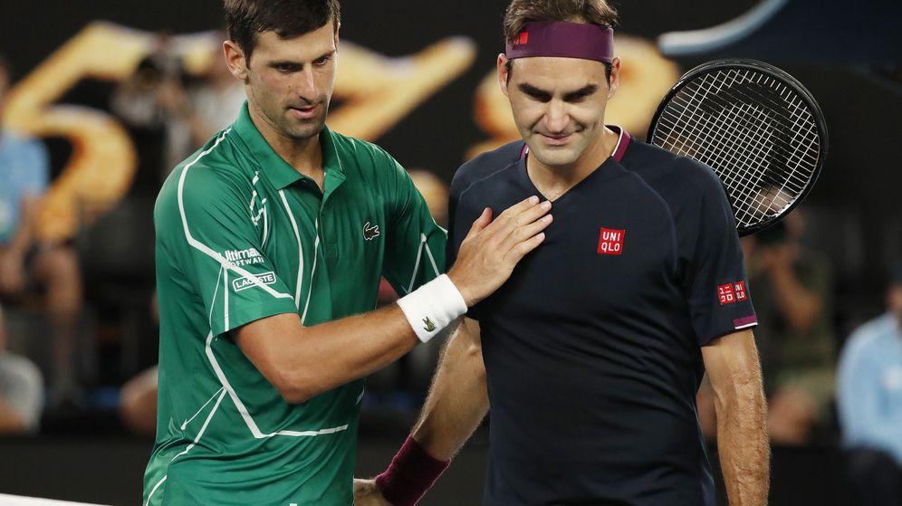 Foto: Djokovic y Federer se saludan tras las semifinales del Open de Australia este 2020. (Reuters)