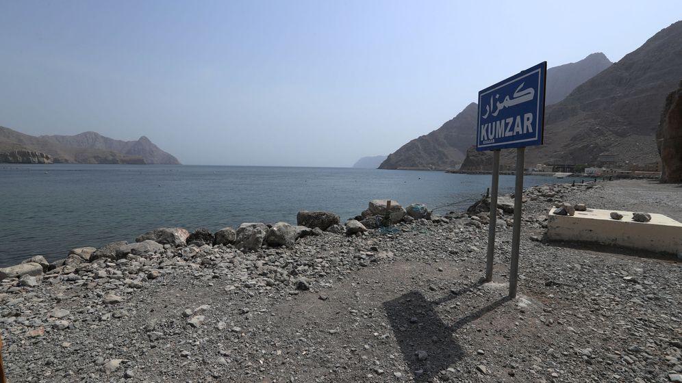 Foto: Un cartel señala la localidad de Kumzar, en Omán, junto al estrecho de Ormuz. (Reuters)