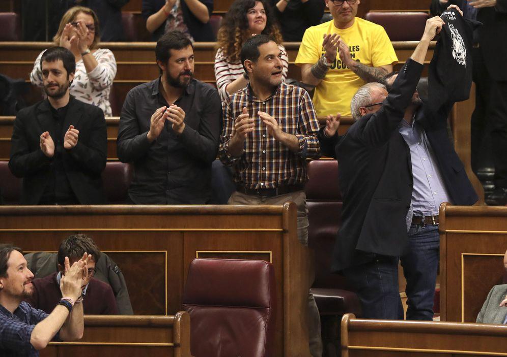 Foto: El grupo de Unidos Podemos se dirige a los estibadores que asistieron al pleno del Congreso. (EFE)
