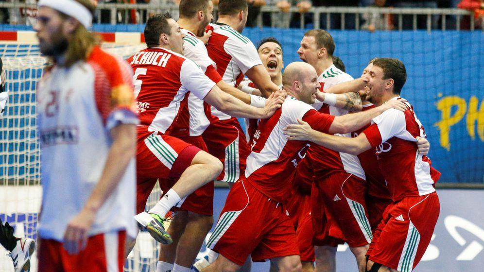 Foto: Los jugadores húngaros celebran su victoria. En primer plano, Mikkel Hansen, gran estrella danesa (Robert Pratta/Reuters)