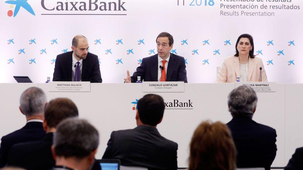 Foto: El consejero delegado de CaixaBank, Gonzalo Gortázar (c), en una reunión el pasado marzo. (EFE)