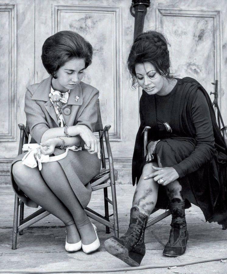 Foto:  La princesa Sofía charla con Sofía Loren en el set de 'La caída del imperio romano' (Las Matas). Julio, 1963. (Keystone/Hulton Royals Collection/Getty Images)