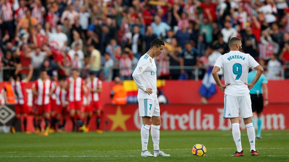 Foto: Cristiano y Benzema esperan para sacar de centro tras el 2-1 del Girona. (Reuters)
