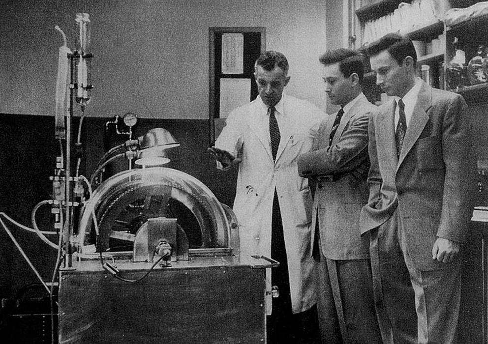 Foto: John P. Merrill junto a los gemelos Herrick, protagonistas del primer trasplante de riñón de la historia en 1954