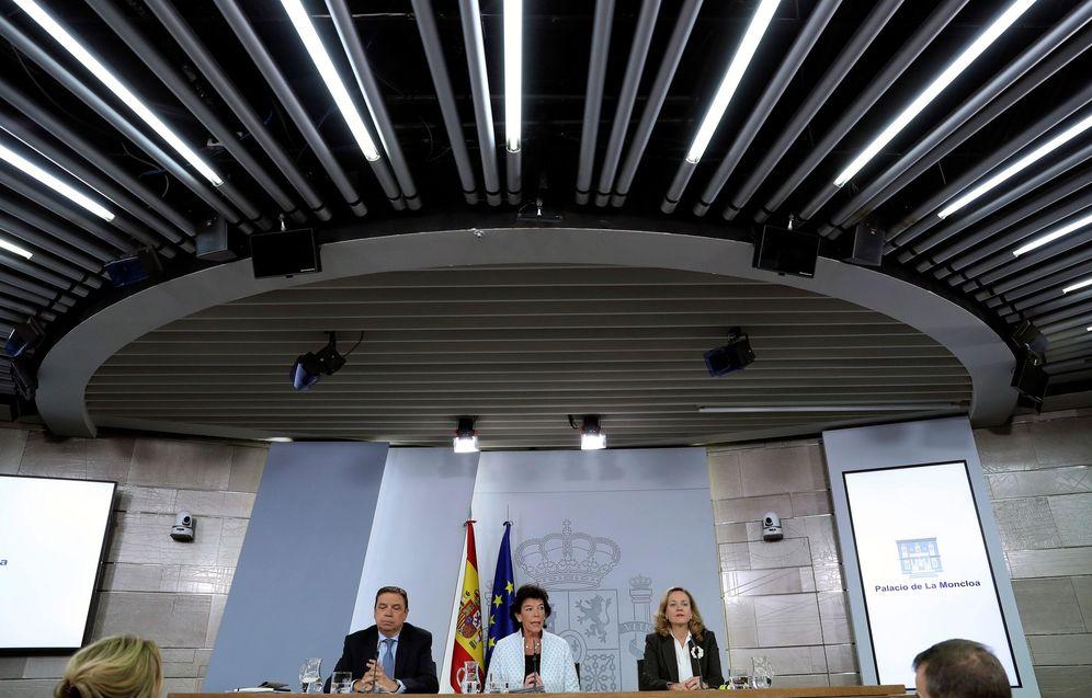 Foto: Isabel Celaá, con los ministros Luis Planas y Nadia Calviño, este 4 de octubre tras el Consejo de Ministros, en la Moncloa. (EFE)