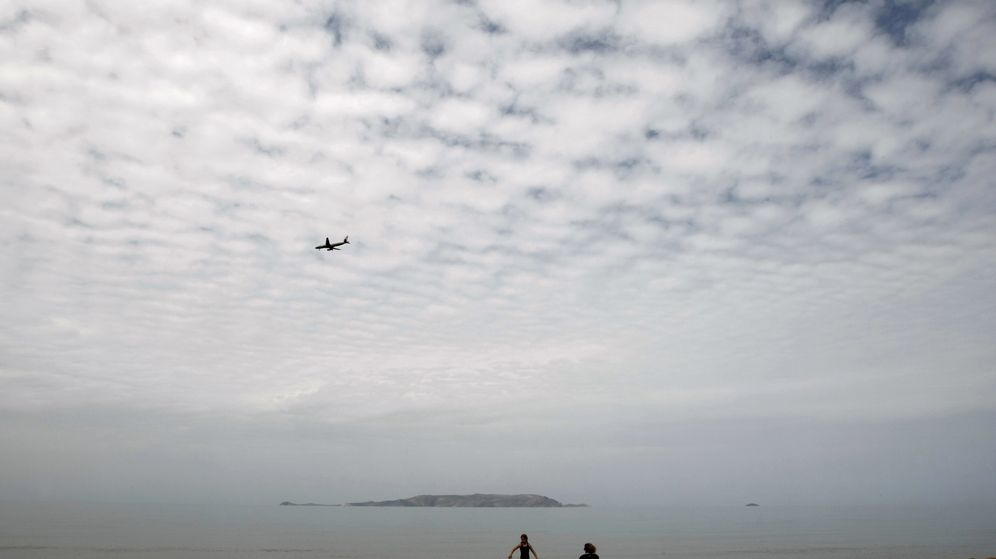 Foto: Una turista disfruta de una playa en Gouves, cerca de Heraklion (Reuters)
