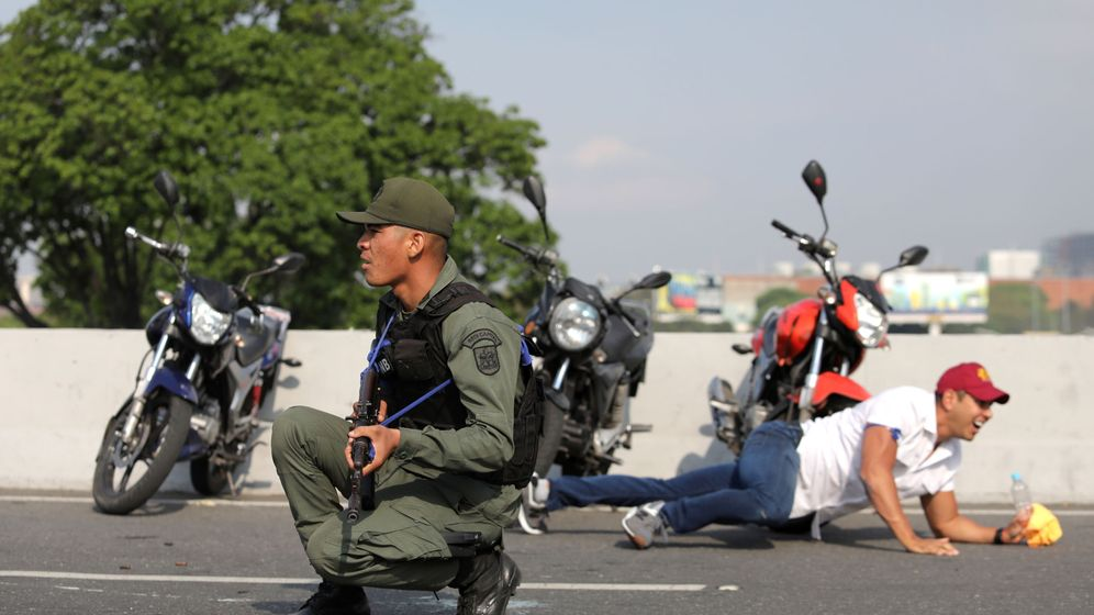 Foto: Disparos de subfusil en Caracas el martes 30 de abril. (Reuters)