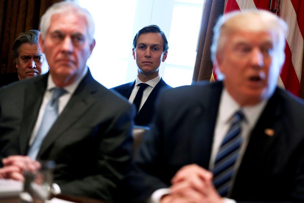 Foto: Jared Kushner observa al presidente Trump junto al secretario Rex Tillerson durante una reunión en la Casa Blanca. (Reuters)
