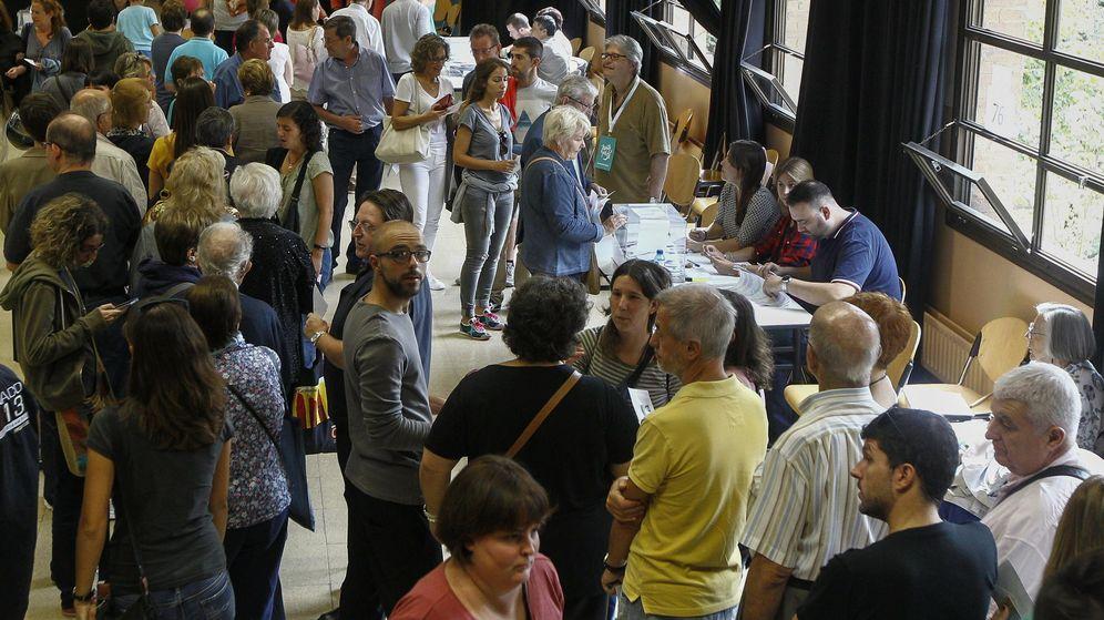 Foto:  Colas de ciudadanos esperan su turno para votar en un colegio electoral de Barcelona. (EFE)