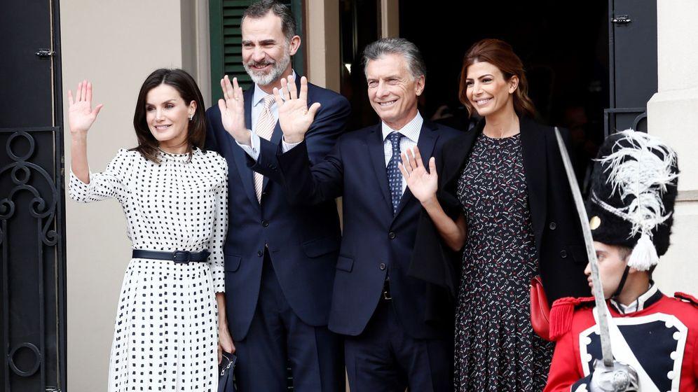 Foto: Los Reyes, Macri y Juliana Awada a su llegada al teatro. (EFE)